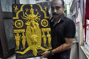 Artist  Samiran Dey making an idol of goddess  Durga out of sawdust at Masterpara,Agartala.TIWN Pic Sept 20