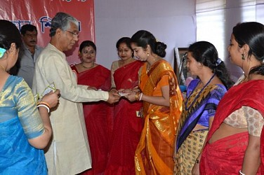 CM handing over blood donation card among donors in SakhiCharan School on Friday