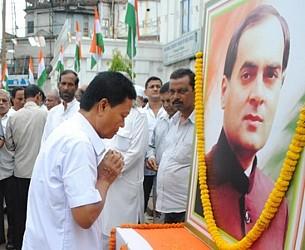 Congress President D C Hrangkhwl paying floral tribute to late Rajiv Gandhi at Congress Bhabwan. TIWN Pic Aug 20