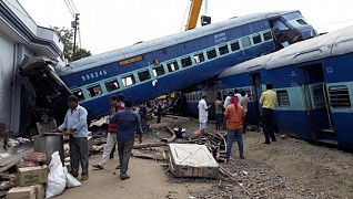 Engine, five coaches of Kaifiyat Express derail in UP