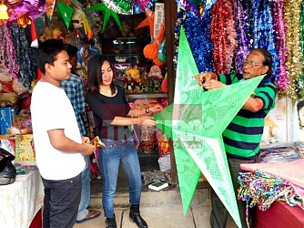 Customers gather at Sakuntala road for Christmas shopping. TIWN Pic Dec 15