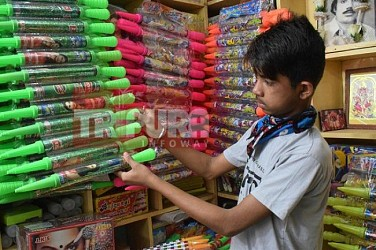 Shopkeepers started business for holi at Gol Bazar. TIWN Pic Feb 20
