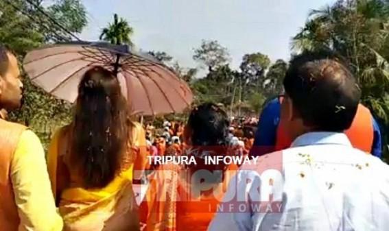 Hema Malini uses Umbrella during road show at Dhanpur : 'Ghar Ghar Modi, Har Har Modi', says Hema