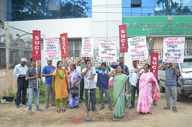 SUCI protesting at Agartala demanding immediate removal of hiked tariff before the TSECL Office. TIWN Pic Oct 15