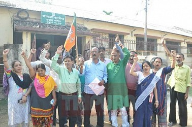 BJP gheraoed AMC Ward No-38 with various demands of the locals. TIWN Pic Feb 22
