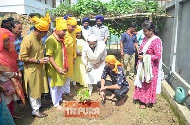 Niti Deb celebrates Guru Nanak's birth anniversary and son's birthday at Agartala with public. TIWN Pic Oct 15