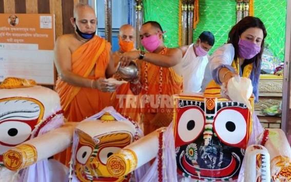 Niti Deb offers prayers to Lord Jagannath